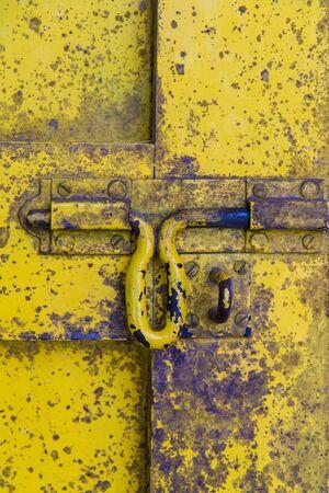 cerrar la puerta: Marea negra en la antigua puerta de madera para el fondo.