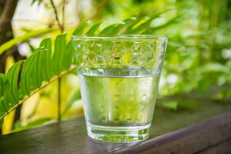 Vetro di acqua, mettere sul balcone in mezzo alla natura. Archivio Fotografico - 52836822