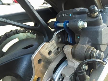 frenos: Los frenos de disco de la moto grande. la seguridad