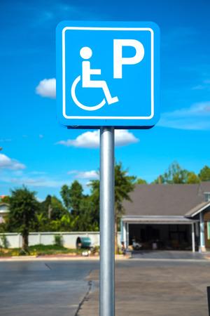 Plazas de aparcamiento para minusválidos en la gasolinera. Foto de archivo - 71412668