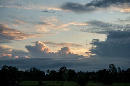 Nubes y cielo en un amanecer para el fondo. Foto de archivo - 87155123