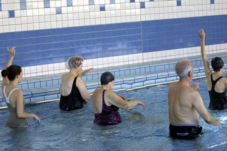 Cursussen voor senioren in zwembad dek Stockfoto