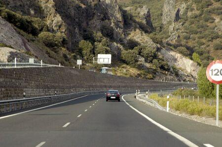 se�ales transito: Las se�ales de tr�fico de Granada y chip en la carretera OF'92 Foto de archivo