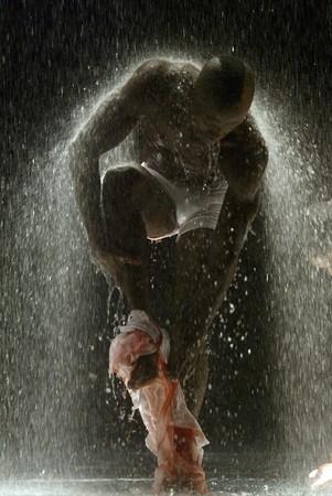 hombre flaco: Hombre negro en virtud de cascada Foto de archivo