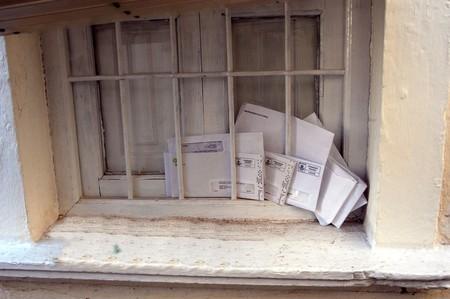 publicidad exterior: Notas de la ventana de correo acumulado en la casa de
