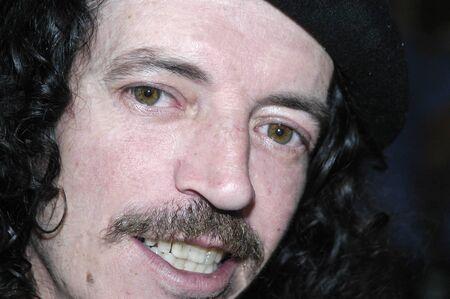 boinas: Hombre con una boina y un bigote Foto de archivo