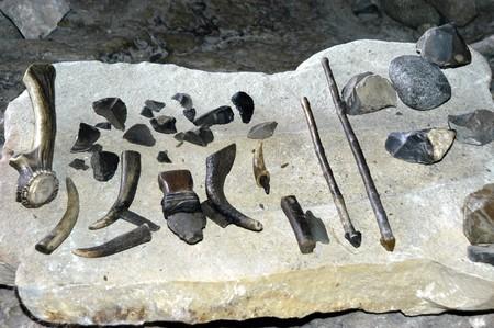neolithic: HERRAMIENTAS ESTIPULADOS EN CAVERNAS PREHISTORICAS ventanas Pinar (GRANADA) Foto de archivo