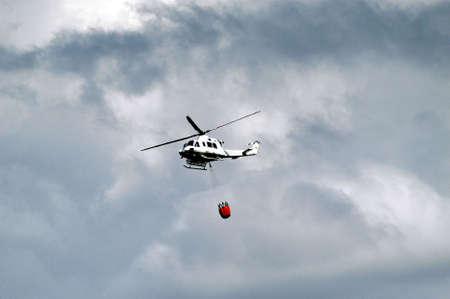 forest fire: Helic�pteros participan en la extinci�n de un incendio forestal
