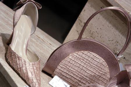 Zapatos y bolsos en vitrina  Foto de archivo