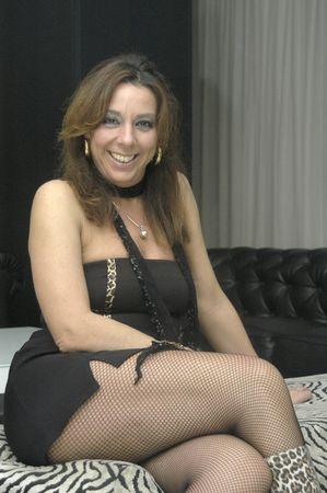 Mujer sentada con minifalda