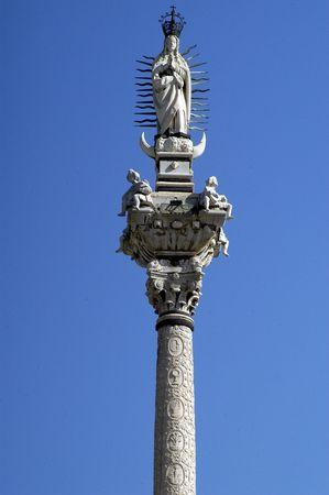 immaculate: Estatua de la Virgen de la Inmaculada en los jardines del triunfo de Granada