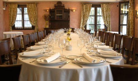 グラナダ: グラナダのレストランで準備テーブル 報道画像
