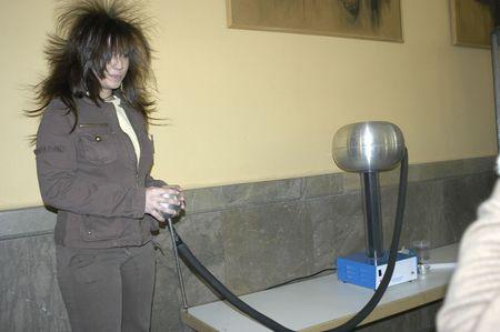 Experimentos con van der Graaf generador de electricidad estática en la escuela secundaria de padre Suárez en Granada, 2007  Foto de archivo - 6896349