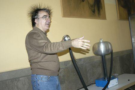 descarga electrica: Experimentos con van der Graaf generador de electricidad est�tica en la escuela secundaria de padre Su�rez en Granada, 2007