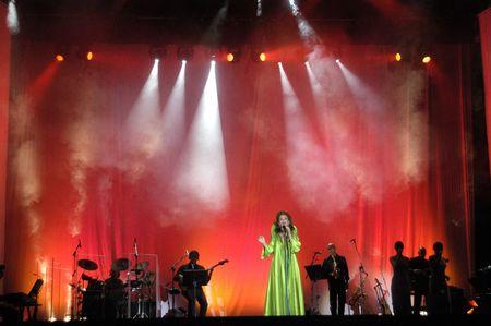 Actuando en concierto por la cantante Paloma San Basilio, el 1 de junio de 2007 en los jardines de la White Horse en Granada Editorial