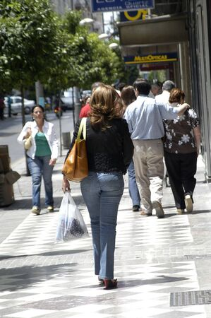 rebates: ventas de verano en las calles comerciales de granada, con muchas personas en el centro comercial llamado abiertas. verano de 2007 Editorial