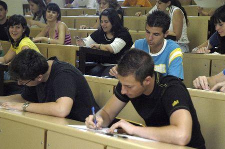 Las pruebas de selectividad para acceder a la universidad, en la Facultad de Farmacia de la Universidad de Granada 19/06/2007 Foto de archivo - 9588100