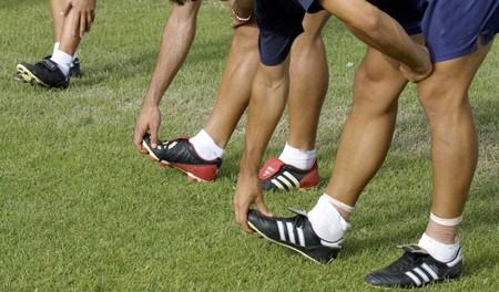 Hacer ejercicio físico de futbolista.  Foto de archivo
