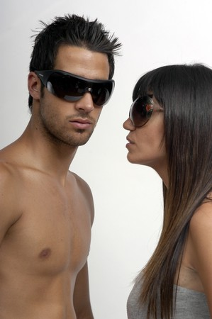 pareja llevaba gafas de sol