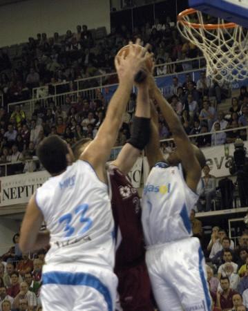 salle de sport: 20081012-Espagne-Grenade - partie votre Basketball League entre CB Granada et Cajasol dans la salle de sport de Grenade  �ditoriale
