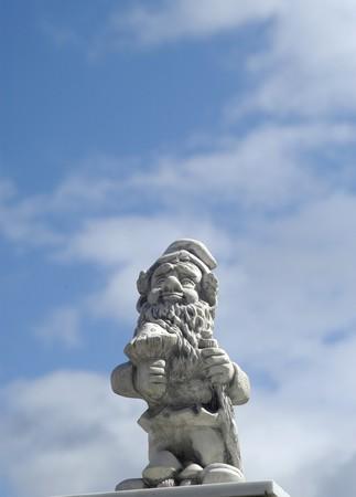 fondo azul: Enano de jard�n con cielo azul de fondo en Granada 16-04-2009 Foto: Paco Ayala Stock Photo