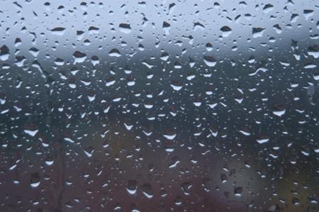 Fondo de gotas de lluvia sobre vidrio  Foto de archivo