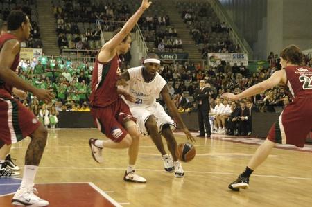 2010/11/14-Granada - España - partido de baloncesto entre Granada y Cajasol Foto de archivo - 8448535