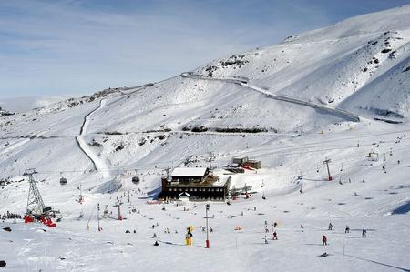 Estación de esquí de sierra nevada Foto de archivo - 9692535