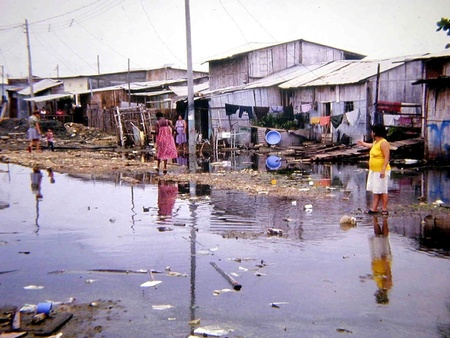 Pobreza en la ciudad de guayaquil (ecuador) Foto de archivo - 9775146