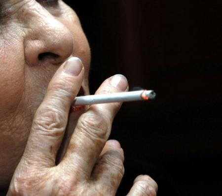 malos habitos: fumar solo