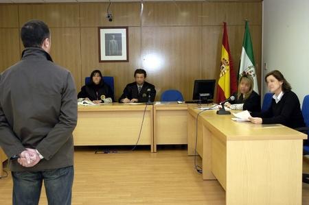 onestà: 11022006 - relazione di granada - Spagna - il Tribunale per la violenza contro le donne nella citt� di granada, i volti nascosti su richiesta del giudice