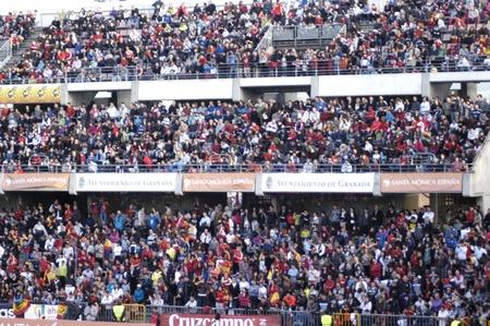 gradas estadio: 24032011 - granada - Espa�a - formaci�n abierta al p�blico del estadio de f�tbol en c�rmenes de Granada
