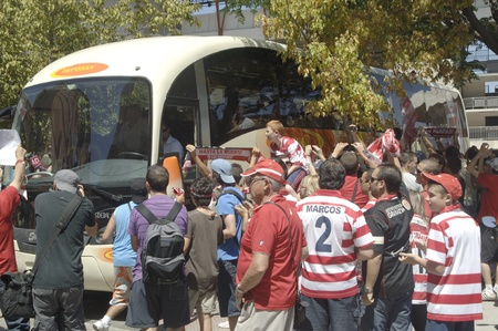 departure from granada to elche cf for the final for promotion to first division, apoyndoles with fans in the stadium crmenes 17062011