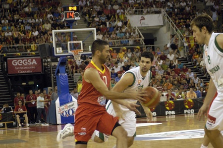 balon baloncesto: juego de baloncesto en la preparaci�n para el baloncesto de euros entre la selecci�n de Espa�a frente a Eslovenia 08212011 Editorial
