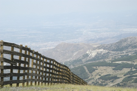 delimit: wooden fence limiting skiing in sierra nevada