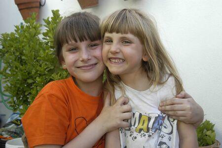niñas sonrientes photo