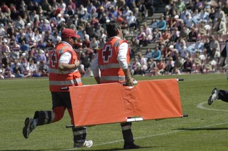 rood kruis: vrijwilligers van het Spaanse Rode Kruis in een granada voetbalwedstrijd