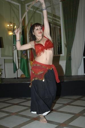 jeune femme danse une danse orientale. 11112011