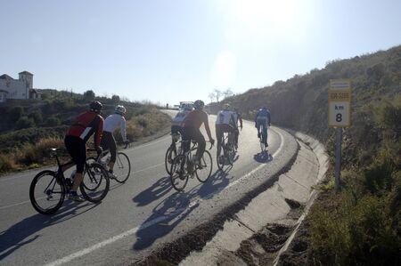los ciclistas en la carretera