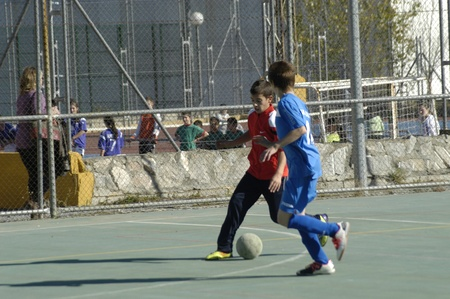 los niños jugando al fútbol en un pabellón de deportes de Granada. 26-11-2011 Editorial