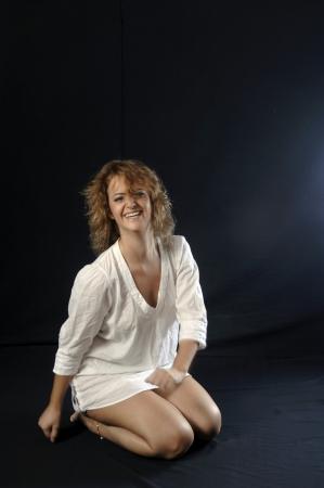 mujer sonriente joven en camisa Foto de archivo