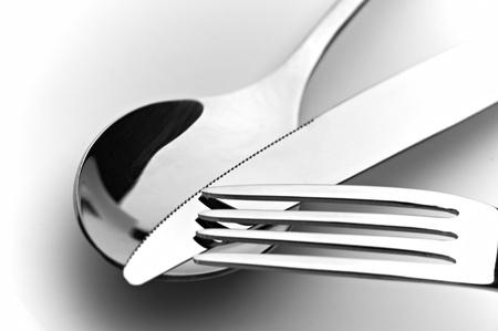 ustensiles de cuisine: cuill�re de couteau et fourche sur fond blanc Banque d'images