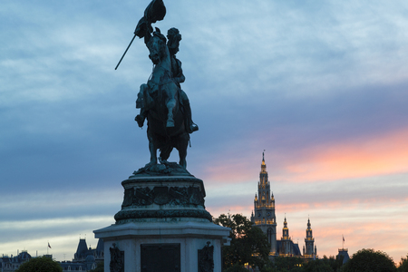 Kaiser Franz Joseph I statue with parliament building in background, Vienna, Austria 新聞圖片