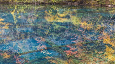 Autumn reflections in lake, Jiuzhaigou National Park, Sichuan Province, China 版權商用圖片
