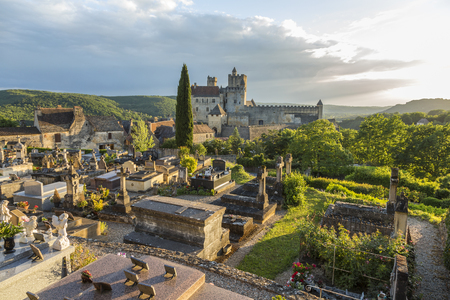 View of a graveyard near Chateau de Beynac, situated in the commune of Beynac-et-Cazenac, France. 版權商用圖片 - 83511496