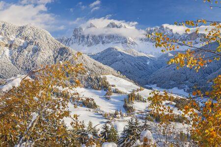 val: Winter snow; St. Magdalena village; Geisler Spitzen (3060m); Val di Funes; Dolomites mountains; Trentino-Alto Adige; South Tirol; Italy Stock Photo