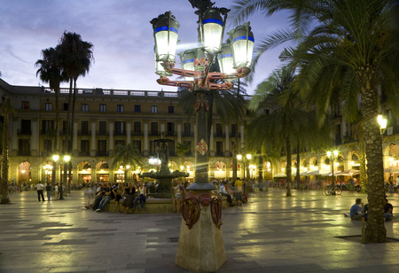 Barcelona, Spain - August, 2006: Fountain at Placa Reial and popular meeting point, Barri Gothic, Barcelona, Catalonia, Spain 新聞圖片