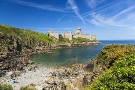 Brittany, France - May 2015: Fort La Latte, Cap Frehel 版權商用圖片 - 83053236