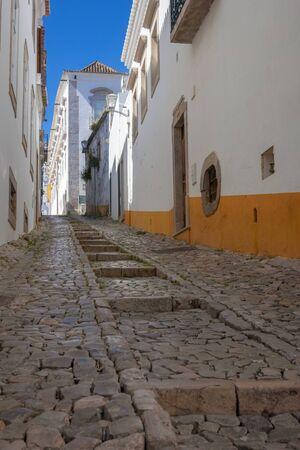 Narrow cobbled streets of Tavira, Algarve, Portugal 版權商用圖片