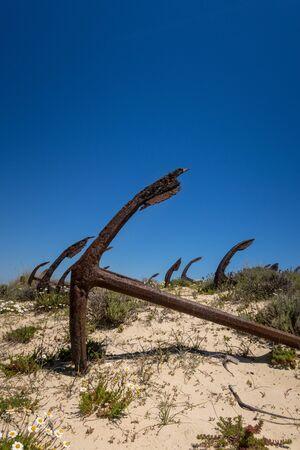 Ilha de Tavira with anchor cemetary on Praia do Barril beach, with many rusting anchors in the sand. Eastern Algarve, Portugal 版權商用圖片
